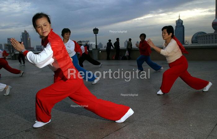 Women perform Tai Chi at dawn on The Bund. Shanghai, China. - Jess Hurd - 2003-10-21