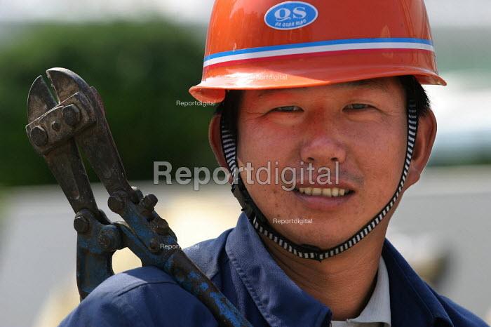 Chinese construction worker, Zhejiang Province, China. - Jess Hurd - 2003-10-26