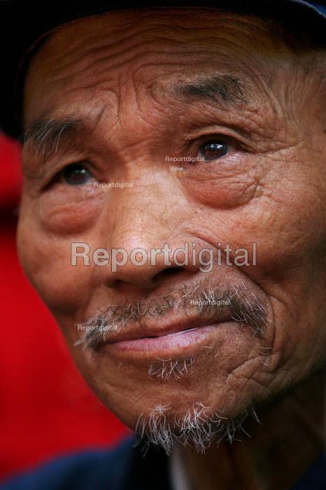 Old Chinese man. Hangzhou, Zhejiang Province, China. - Jess Hurd - 2003-10-26