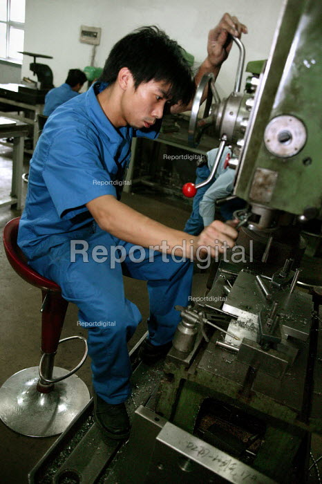 Workers at the Chint Group private firm, China's largest high voltage electrical appliance maker based in Wenzhou. Zhejiang Province, China. - Jess Hurd - 2003-10-26