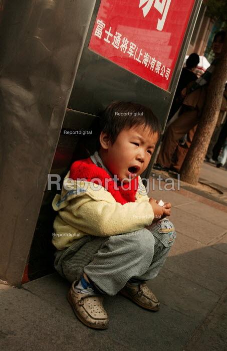 Chinese child waits for his parents, Shanghai, China. - Jess Hurd - 2003-10-26