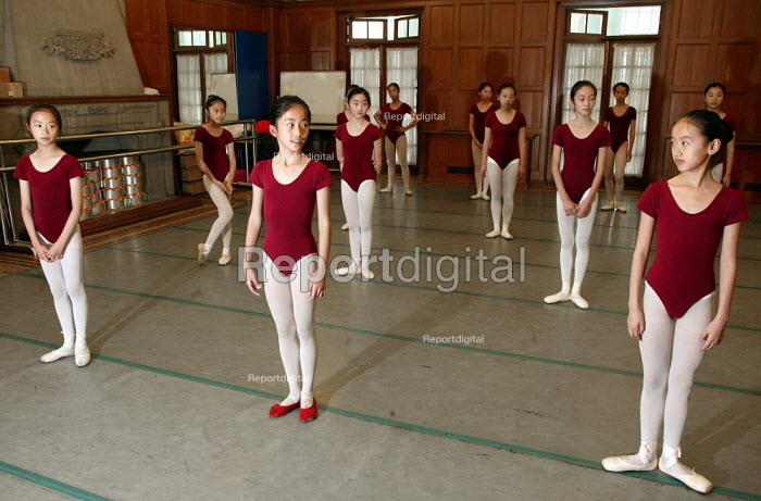 Ballet lesson. Childrens Palace China Institute Welfare. A private school dedicated to the Arts and Science. Shanghai, China. - Jess Hurd - 2003-10-20