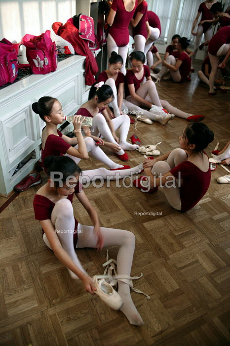 Ballet lesson. Childrens Palace China Institute. A private school dedicated to the Arts and Science. Shanghai, China. - Jess Hurd - 2003-10-20