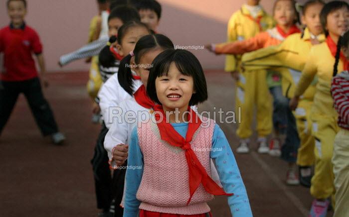 Chinese children at Shu Sheng private School run by the Sunson Company. Jiaojiang, Taizhou, Zhejiang Province, China. - Jess Hurd - 2003-10-15