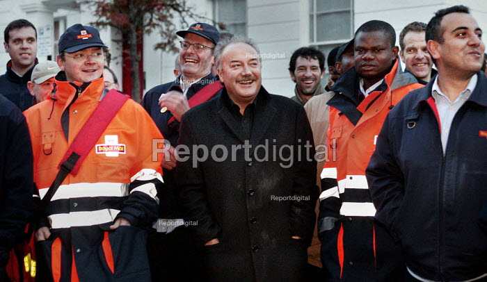 George Galloway MP, stands in solidarity with postal workers on the picket line CWU unofficial strike. Northern Delivery Office in Islington, London. - Jess Hurd - 2003-11-03