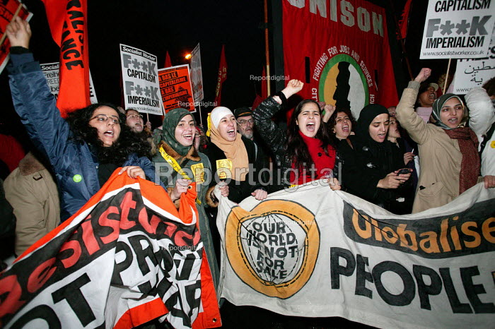 Unison and Globalise Resistance banners join European Social Forum demonstration For A Europe of Rights in a World Without War, Paris, France. - Jess Hurd - 2003-11-15
