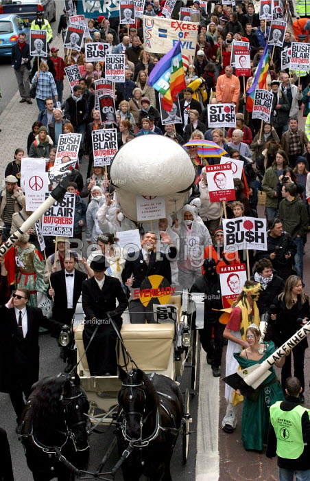 Anti war campaigners dress as the Queen and President George Bush and parade in an alternative state procession. London. - Jess Hurd - 2003-11-19