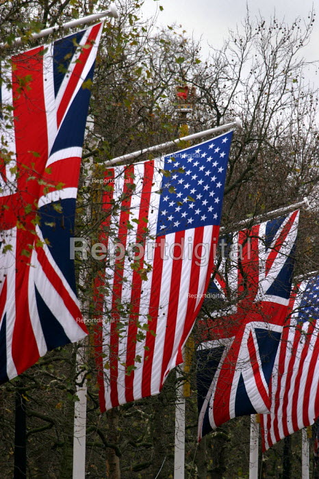 Union Jacks and Stars and Stripes flags line The Mall as Buckingham Palace prepare for the State visit of President George Bush. - Jess Hurd - 2003-11-19