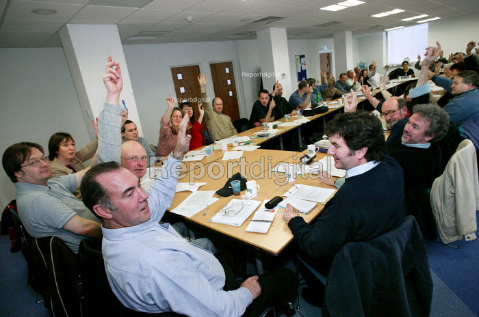 ITN trade unions NUJ, BECTU and AMICUS vote for strike action over pay. London. - Jess Hurd - 2003-11-25