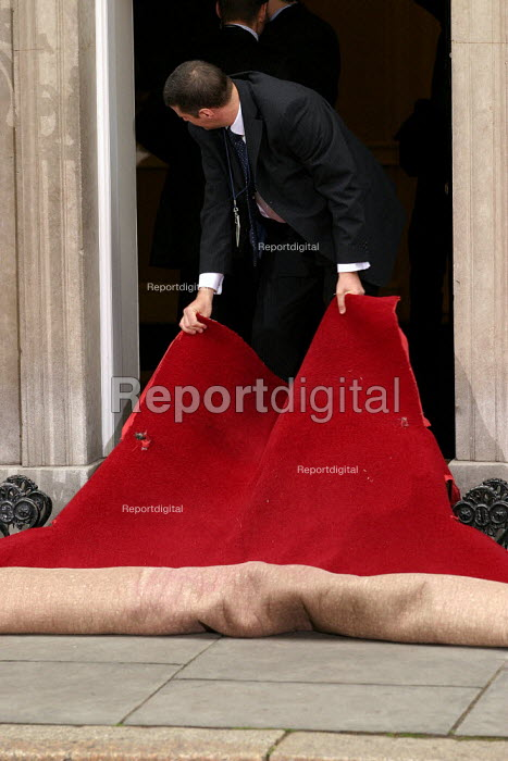 Downing Street roll out the red carpet for George Bush and his wife at No 10 Downing Street on the Presidents state visit to Britain. London - Jess Hurd - 2003-11-20