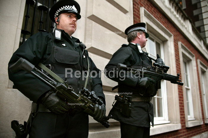 High level police security operation near the American Embassy during the State visit of US President George Bush to the UK. - Jess Hurd - 2003-11-19