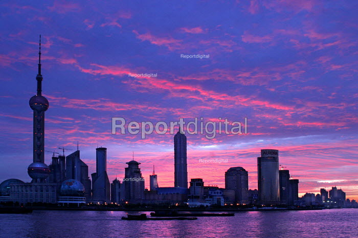 Sunrise over the Huangu River. View of Pudong financial district from the Bund. Shanghai, China. - Jess Hurd - 2003-10-20