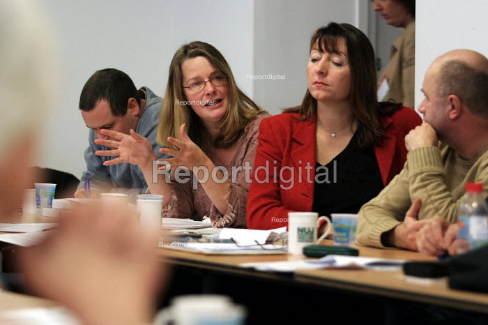 ITN trade unions NUJ, BECTU and AMICUS discussing a vote for strike action over pay. London. - Jess Hurd - 2003-11-25