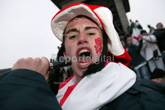 Proud England fans celebrate Rugby World Cup win. Trafalgar Square. London. - Jess Hurd - 2003-12-08