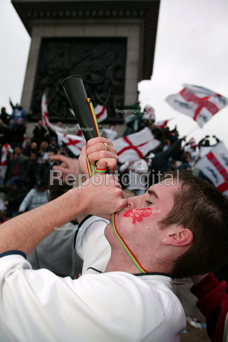 England fans celebrate Rugby World Cup win. Trafalgar Square. London. Blowing a horn. - Jess Hurd - 2003-12-08