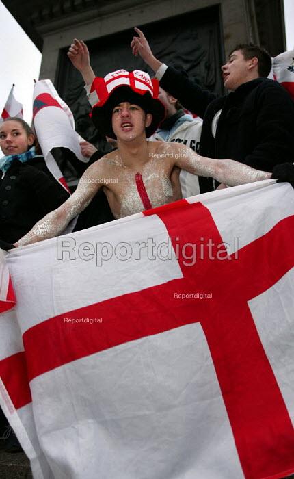 England fans celebrate Rugby World Cup win. Trafalgar Square. London. - Jess Hurd - 2003-12-08