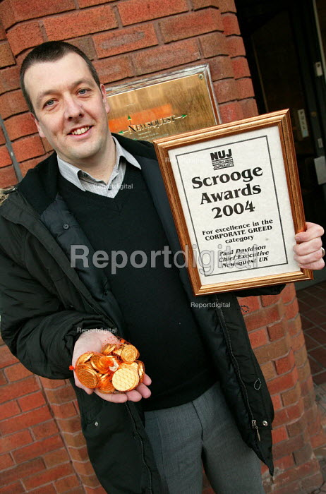 NUJ Gen Sec Jeremy Dear arrives at Newsquest HQ to award Chief Executive Paul Davidson the NUJ Scrooge Award, for excellence in Corporate Greed. - Jess Hurd - 2003-12-16