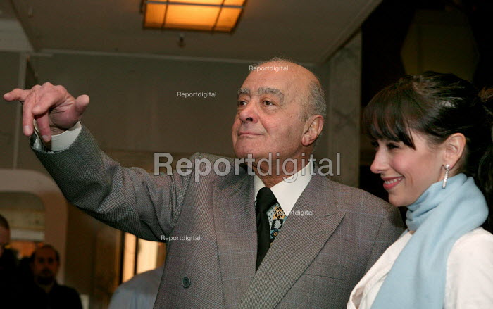Hollywood actress Jennifer Love Hewitt and Harrods owner Mohammad Al Fayed at the Opening day of the Harrods Sale. London. - Jess Hurd - 2003-12-30