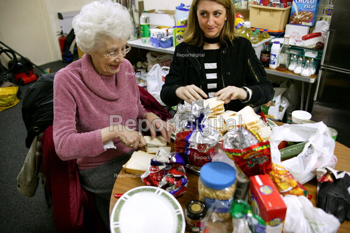 Volunteers makes turkey sandwiches for the homeless. Christmas Day night at the Newham Night shelter for the homeless, 170 Harold Road, East london. - Jess Hurd - 2003-12-25