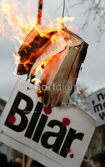 Anti War campaigners burn a copy of the Hutton Report, and claim the inquiry into the death of Dr David Kelly was a whitewash. Downing Street, Westminster. - Jess Hurd - 2004-01-31