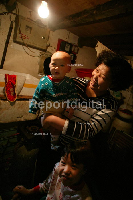 Young Chinese family Old Town Ghost Market, Shanghai, China. - Jess Hurd - 2003-10-26