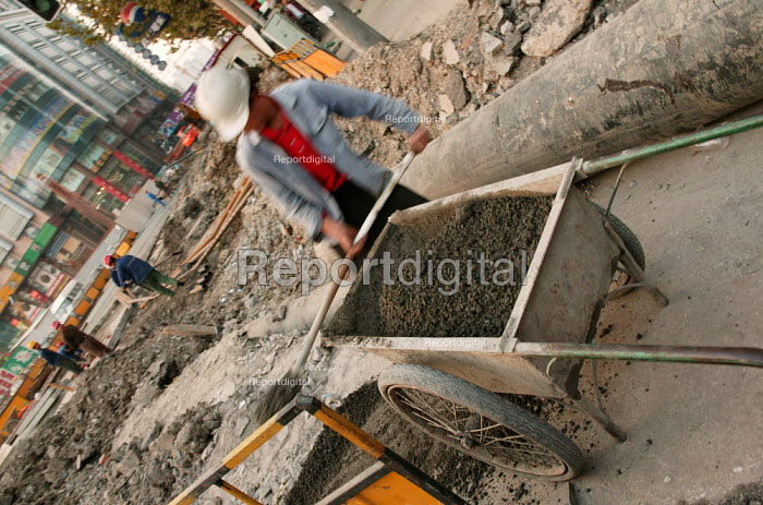 Chinese building worker on a construction site. Shanghai, China. - Jess Hurd - 2003-10-20