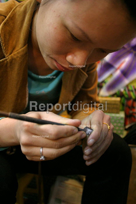 Chinese engraver Shanghai, China. - Jess Hurd - 2003-10-20