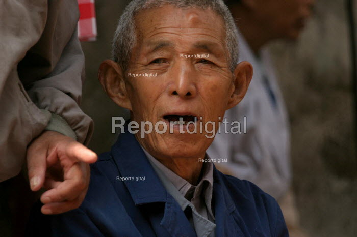 Old Chinese man in the Old Town, Shanghai, China. - Jess Hurd - 2003-10-26