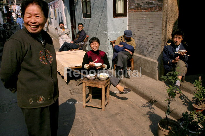 Chinese family eat their lunch time meal. Old Town, Shanghai, China. - Jess Hurd - 2003-10-26