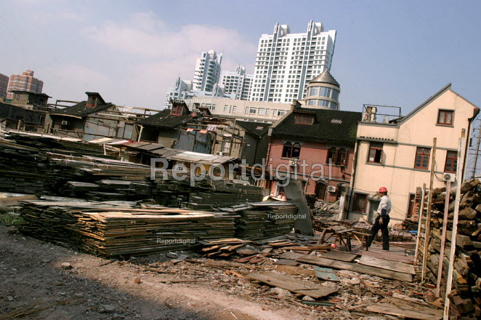 Chinese building worker on a construction site on the edge of the Old Town. Shanghai, China. - Jess Hurd - 2003-10-20
