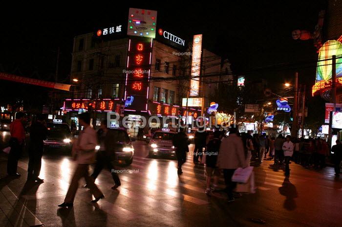 Pedestrians cross the Nanjing Road. Shanghai, China. - Jess Hurd - 2003-10-20
