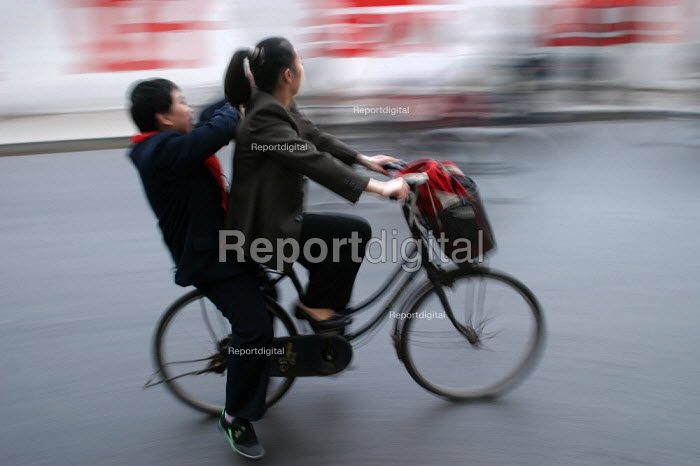 mother takes her son to school on a bicycle. Shanghai, China. - Jess Hurd - 2003-10-20