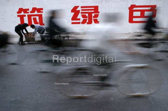 People cycle to work on bicycles. Shanghai, China. - Jess Hurd - 2003-10-20