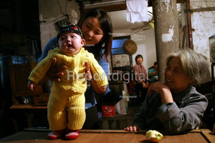 Chinese family at home in the Old Town, Shanghai, China. - Jess Hurd - 2003-10-26