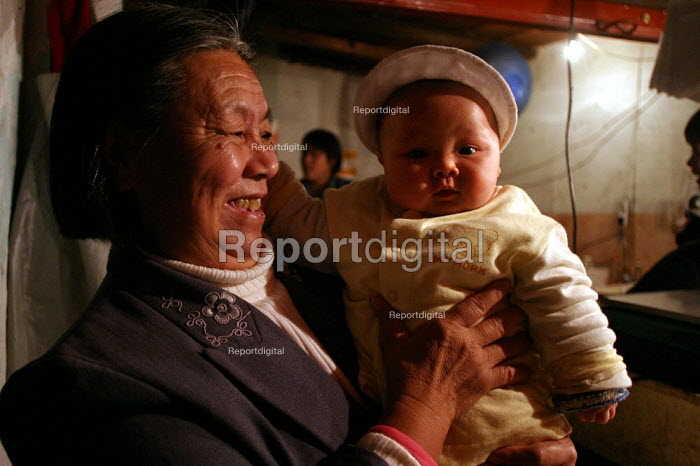 Chinese family, Grandmother with her grandaughter. Old Town, Shanghai, China. - Jess Hurd - 2003-10-26