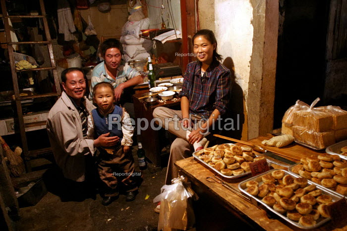 Chinese family eat their evening meal. Old Town Night Market. Shanghai, China. - Jess Hurd - 2003-10-26