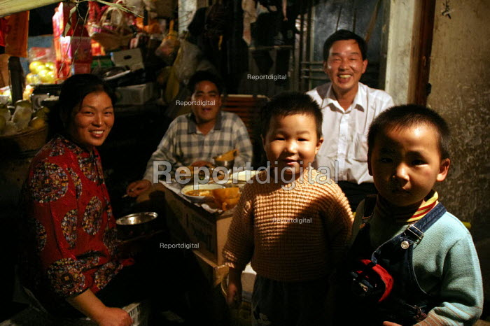 Chinese family eat their evening meal. Old Town, Shanghai, China. - Jess Hurd - 2003-10-26