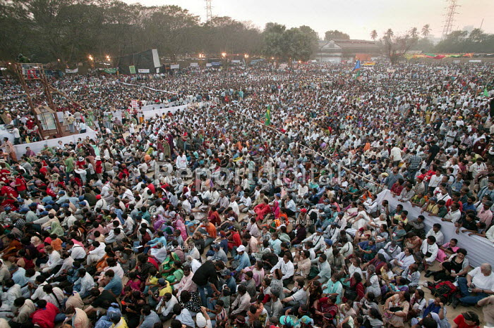 Thousands attend the Opening Rally of the World Social Forum, Mumbai, India. - Jess Hurd - 2004-01-16