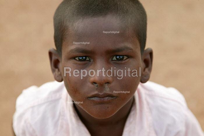 Young boy begs for food. Mumbai, India. - Jess Hurd - 2004-01-23