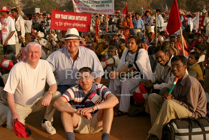 Bob Crow and other RMT representatives join Indian men and women from the Forest Workers Trade Union at the World Social Forum, Mumbai, India. - Jess Hurd - 2004-01-23