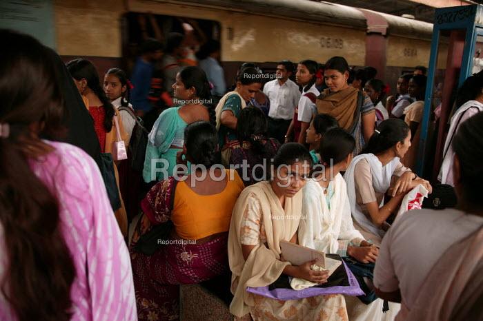 Train station, Mumbai, India. - Jess Hurd - 2004-01-20