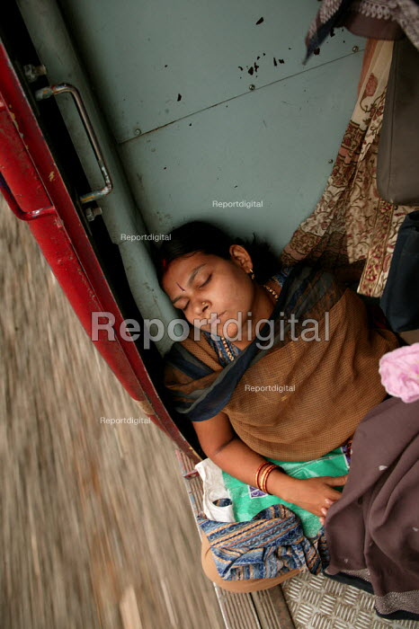 Passenger asleep on a train, Mumbai, India. - Jess Hurd - 2004-01-20