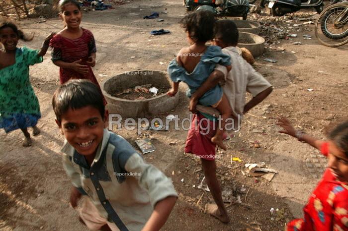 Street kids. Mumbai, India. - Jess Hurd - 2004-01-23