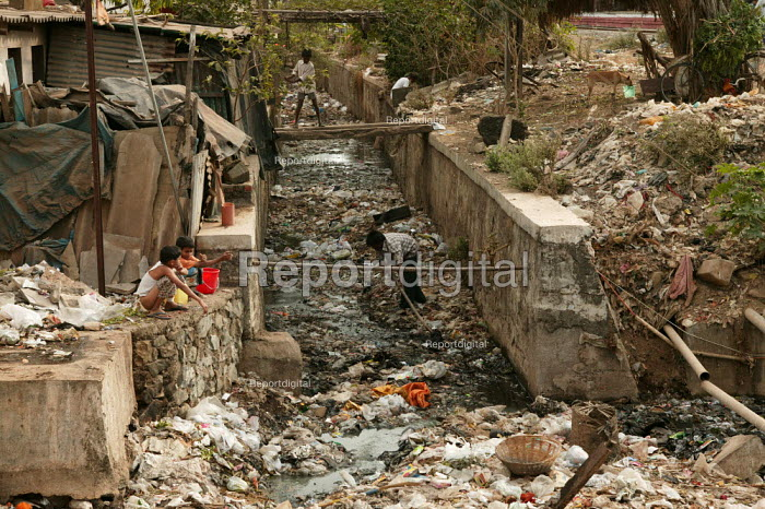 Children play in an open sewer. Mumbai, India. - Jess Hurd - 2004-01-23