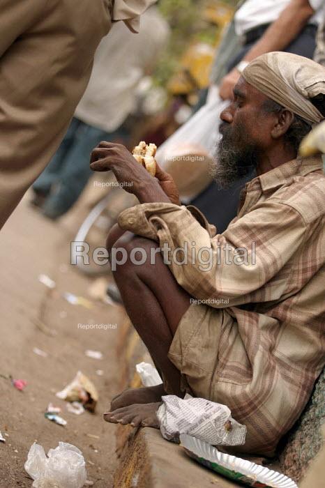 Beggar eating. Mumbai, India - Jess Hurd - 2004-01-23