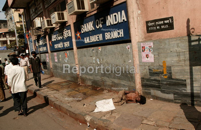 Disabled man begs outside the Bank of India, Mumbai, India. - Jess Hurd - 2004-01-23