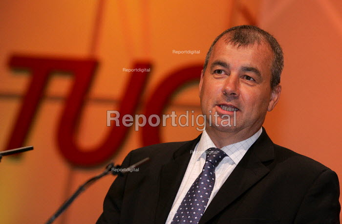 Brendan Barber speaks at the TUC Conference, Brighton. - Jess Hurd - 2004-09-13