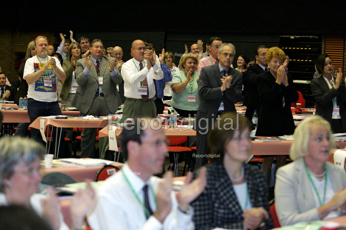 Standing ovation for the PCS Gen Sec Mark Serwotka at the TUC Conference, Brighton. - Jess Hurd - 2004-09-14