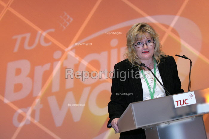 Annette Place UNISON speaks at the TUC Conference, Brighton. - Jess Hurd - 2004-09-14