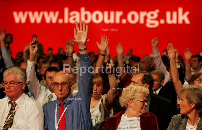 Delegates vote for a motion supporting rail nationalisation. Labour Party Conference. Brighton. - Jess Hurd - 2004-09-27